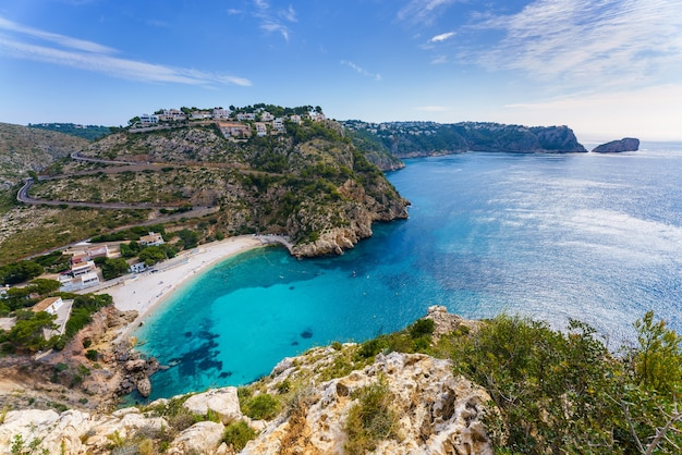 Cala granadella. javea, xabia. pequena enseada turquesa de água muito limpa na costa mediterrânea espanhola.