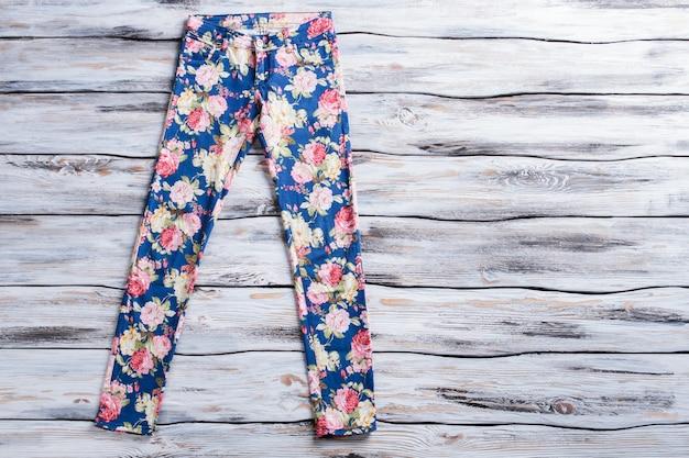 Calça azul com padrão de flor feminina calça em madeira de fundo novidade e estilo de qualidade vestem ...