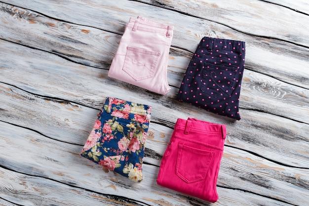 Calça azul e rosa brilhante. calças casuais dobradas de mulher. mercadoria de alta qualidade em vitrine. roupas do catálogo de moda.