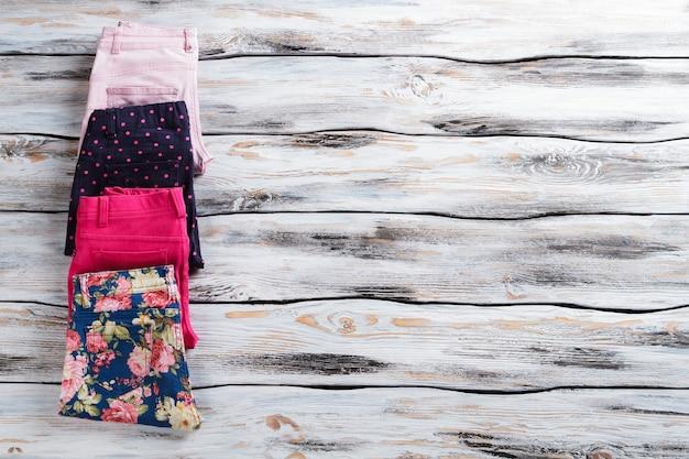 Calça casual feminina com estampa. calças coloridas dobradas. itens de alta qualidade em estoque. moda dos novos tempos.