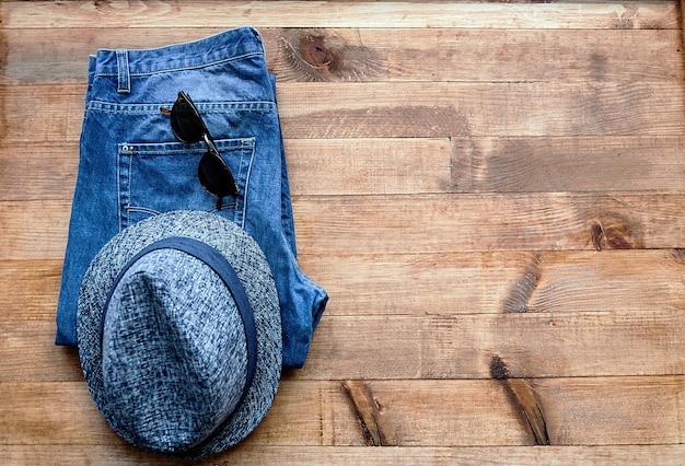 Calça chapéu e óculos de sol