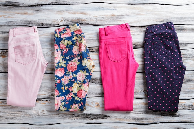 Calça dobrada floral e rosa. calças de mulher de cor viva. preço baixo e entrega gratuita. cores e padrões.