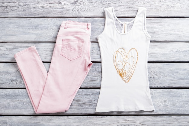 Calça e top rosa claro. top branco com zíper. colar de contas pequenas. bijuteria e roupas de verão para meninas.