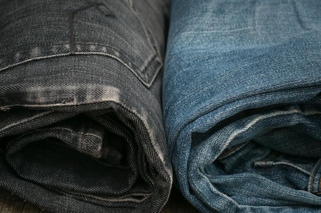 Calça jeans azul e preta