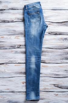 Calça jeans casual azul em calças de ajuste reto de fundo branco de madeira em denim de qualidade de exposição e ...