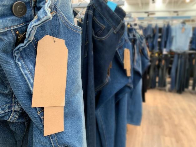 Calça jeans denim com etiquetas de papel