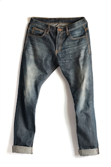 Calça jeans desbotada, isolado no fundo branco com traçado de recorte