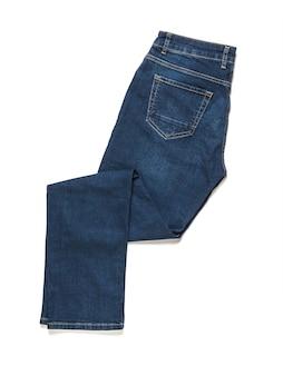 Calça jeans dobrada isolada em uma superfície branca. roupas masculinas de jeans da moda. postura plana. a vista do topo.