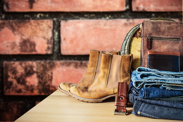 Calça jeans em uma mesa de madeira.