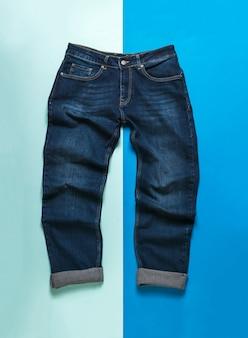 Calça jeans masculina amassada em uma superfície de dois tons. jeans e desgaste denim.