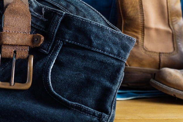 Calça jeans preta na mesa.