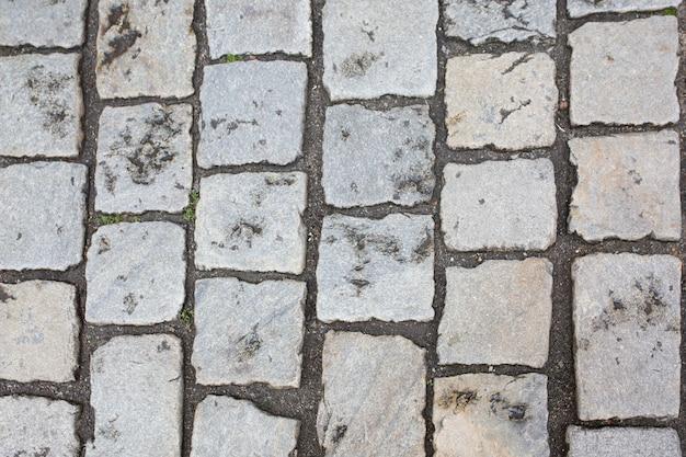 Calçada de paralelepípedos molhada depois da chuva. foto de close
