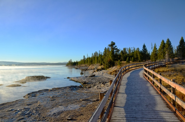 Calçadão ao longo do lago yellowstone no início da manhã
