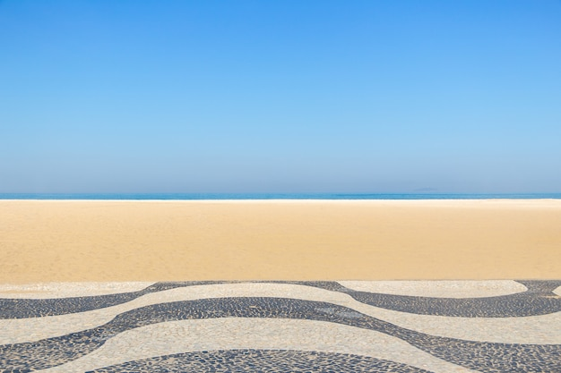 Calçadão clássico de copacabana com a praia ao fundo no rio de janeiro