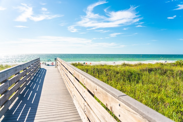 Calçadão de madeira para praia de rochas indianas na flórida, eua