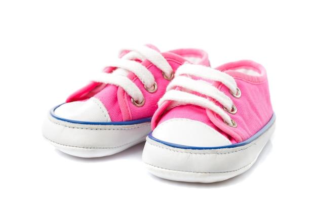 Calçado de bebê rosa - sapatos de ginástica isolados no branco