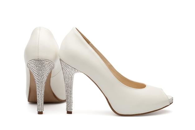 Calçado de casamento feminino marfim isolado sobre branco