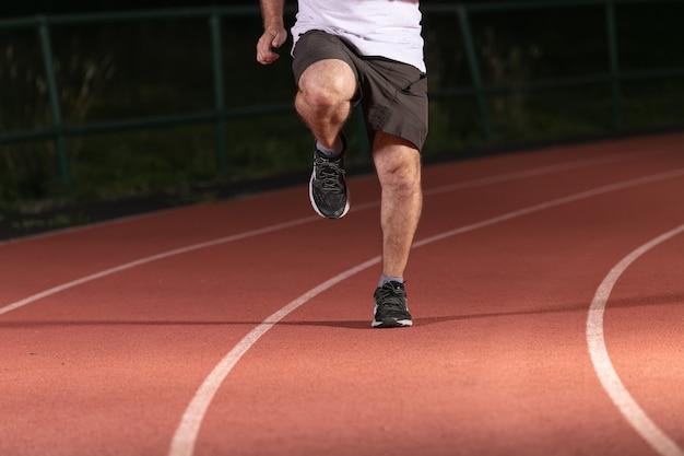 Calçado desportivo durante o treino num campo desportivo