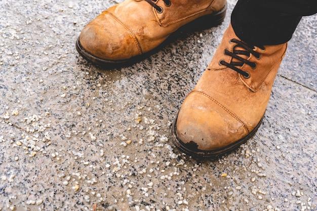 Calçados de pessoas em calçada salgada na cidade