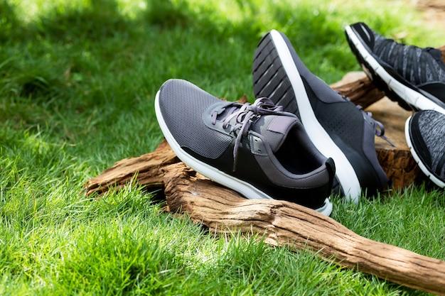 Calçados esportivos colocados no gramado verde. o conceito de escolher sapatos para se adequar ao esporte.