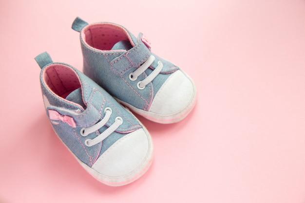 Calçados esportivos de jeans infantil para meninas, fica em um rosa