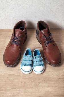 Calçados masculinos e infantis em um floo de madeira