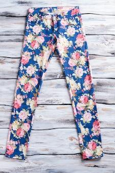 Calças azuis casuais com estampado de calças femininas com estampado floral novinho em folha na vitrine especial ...