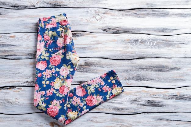 Calças azuis com padrão colorido da mulher estampado floral calças novas mercadorias na prateleira branca especial ...