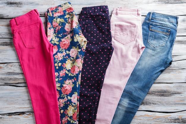 Calças brilhantes com calça jeans casual de padrão elegante todos os gostos são diferentes ...
