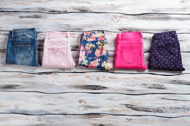 Calças brilhantes femininas e calças jeans azul marinho e jeans de alta qualidade, roupas de alta qualidade em exposição não perca ...