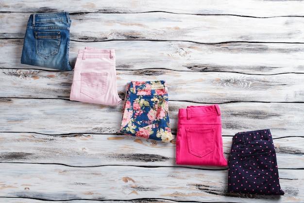 Calças coloridas e jeans casuais e calças com estampa floral escolhem suas cores estampadas favoritas ...