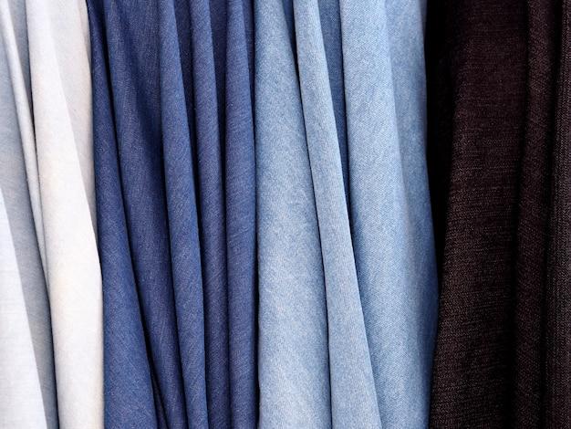 Calças de ganga de tecido.