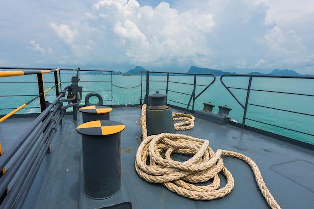 Calço e guincho no convés do barco, guincho com equipamento náutico corda amarrada no oceano