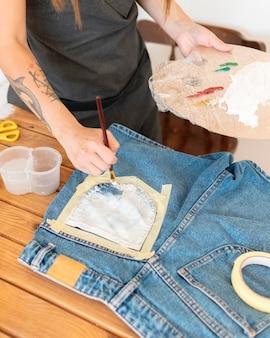 Calções de pintura à mão em close