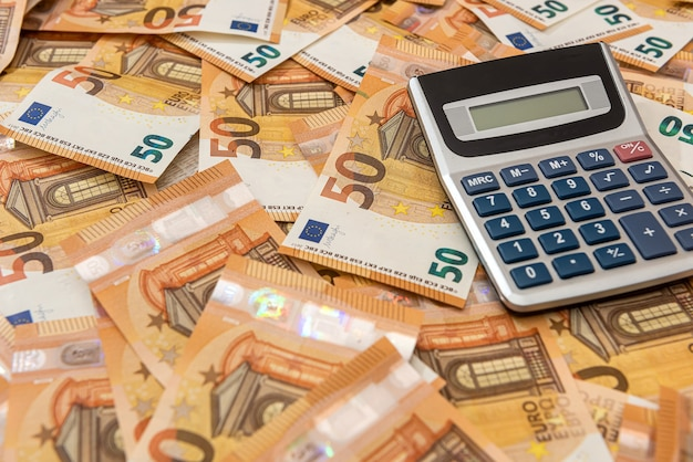 Calcualtor em dinheiro europeu como pano de fundo de finanças. intercâmbio