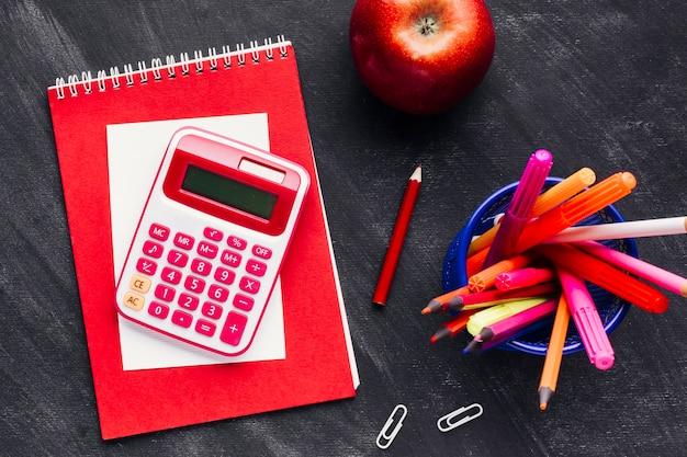 Calculadora ao lado de lápis brilhantes