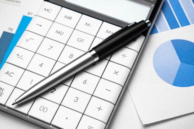 Calculadora, caneta e gráficos de ações