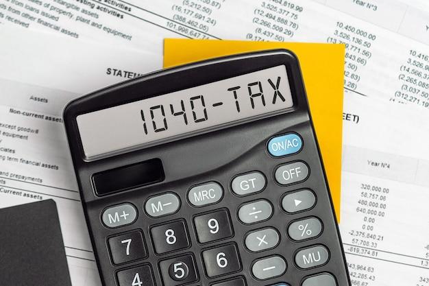 Calculadora com a palavra 1040-tax em exibição. conceito empresarial, fiscal e financeiro