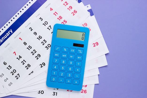 Calculadora com calendário mensal em roxo