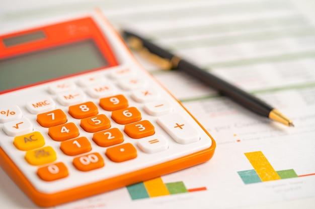 Calculadora com caneta em papel milimetrado gráfico, finanças, conta, estatística, economia analítica conceito de negócio.
