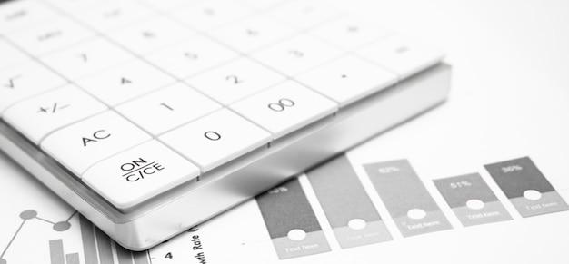 Calculadora com caneta na análise do mercado de ações. conceito de pesquisa de negócios, finanças e auditoria.