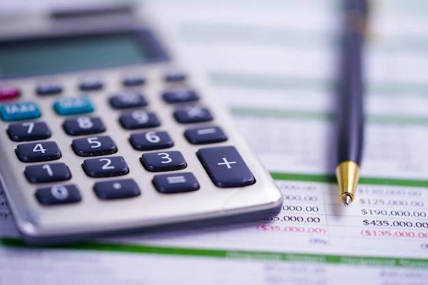 Calculadora com caneta no papel de planilha