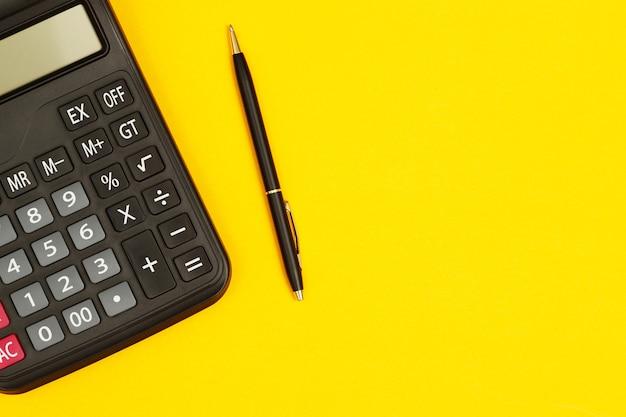 Calculadora com caneta para contador em fundo amarelo