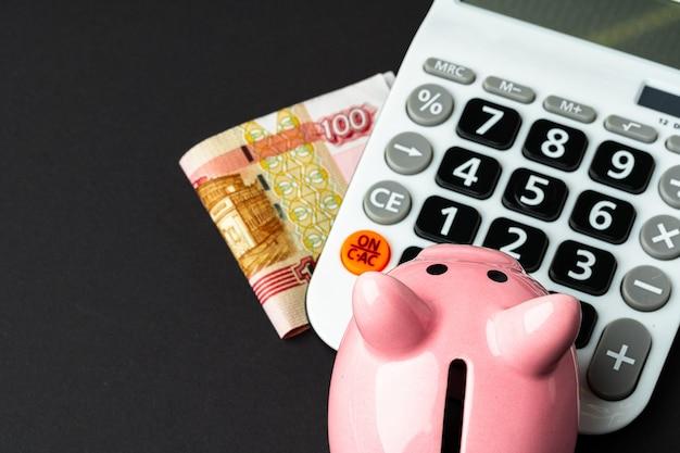 Calculadora com cofrinho e dinheiro rublos russos
