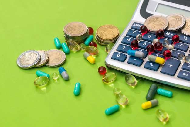 Calculadora com comprimidos médicos e moeda de euro