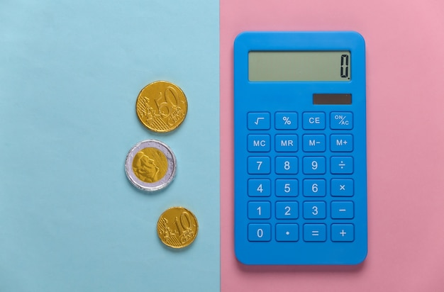 Calculadora com moedas em rosa azul pastel
