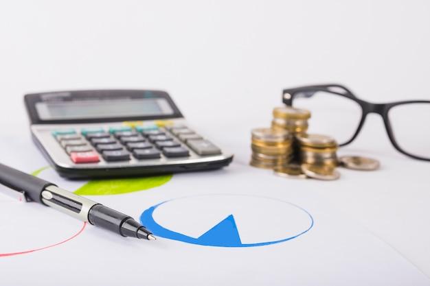 Calculadora com moedas na mesa