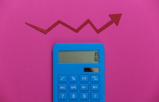 Calculadora com seta vermelha de crescimento em rosa. gráfico de setas subindo. o crescimento econômico