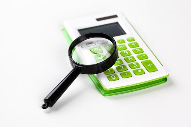 Calculadora com uma lupa em branco