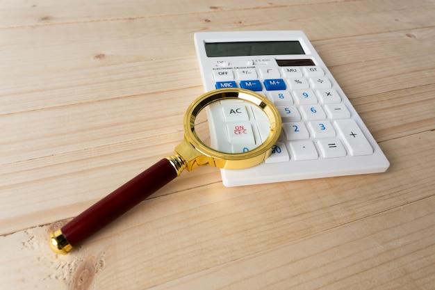 Calculadora com uma lupa